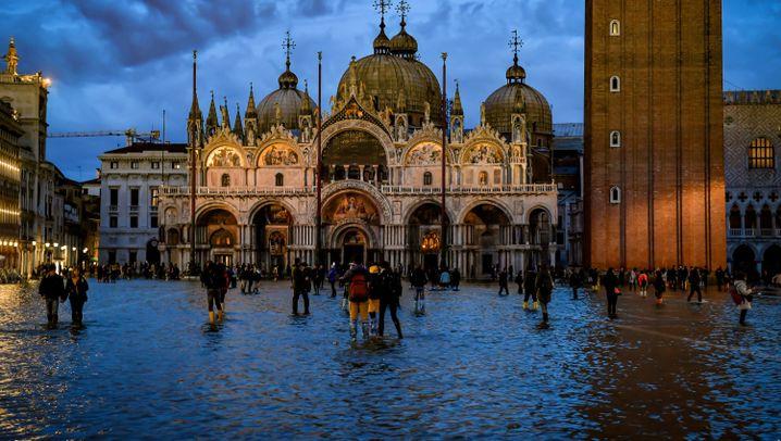 Venedig: Hochwasser geht, Schäden bleiben