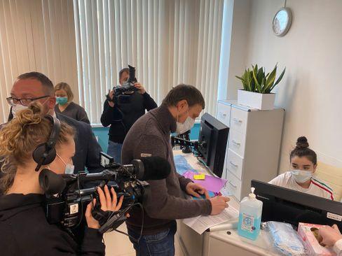 Dimitrij Babakow an der Anmeldung in der Poliklinik: Er ist einer der ersten Moskauer, der sich im Rahmen des Corona-Impfprogramms gegen das Virus impfen lässt
