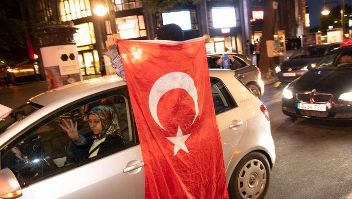 Autokorsos nach Türkei-Wahl: Hupen, Böllern, Fahnen schwingen