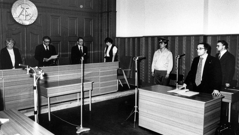 Verhandlung vor dem Berliner Stadtgericht im Juni 1978: Der Angeklagte Rudolf Bahro rechts im Bild, vor ihm sein Verteidiger Gregor Gysi