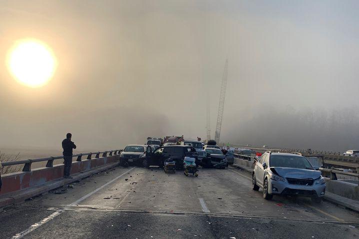 Verkeilte Autos und dichter Nebel auf der vereisten Brücke