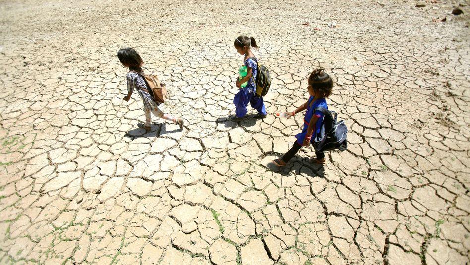 Mai 2019: Schulkinder im indischen Jammu auf dem Weg nach Hause. Viele Regionen des Landes sind von einer extremen Hitzewelle betroffen.