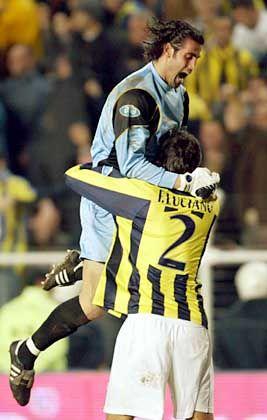 Fenerbahçes Torwart Demirel (oben): Wenig Freude am Sieg im Istanbuler Derby gegen Galatasaray
