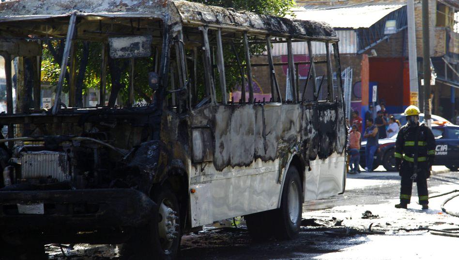 Ausgebrannter Bus in Guadalajara (Mai 2015): Anfang Mai verwickelte das Kartell die Sicherheitskräfte in tagelange Gefechte