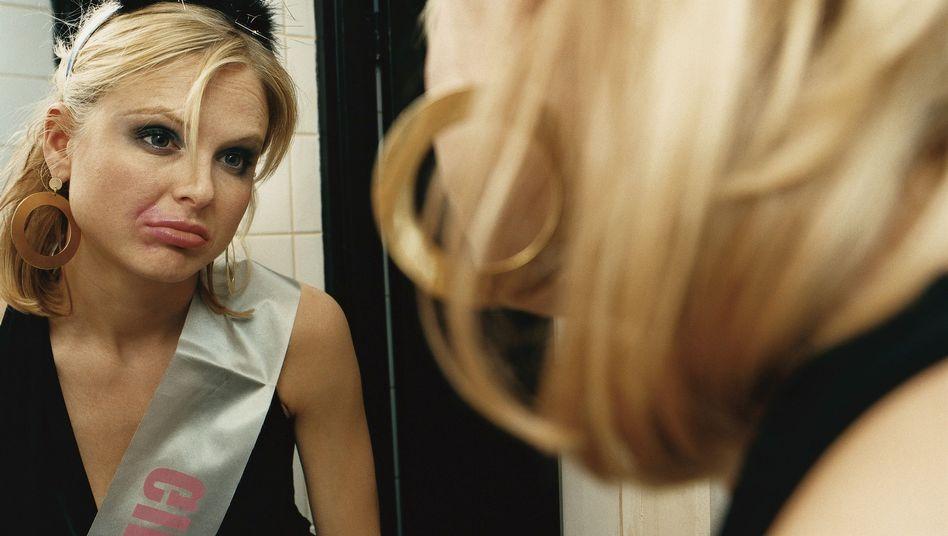 Kritischer Blick in den Spiegel: Falsche Entscheidungen können lange belasten