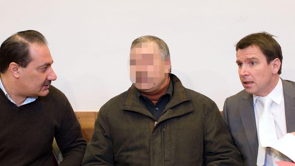 Angeklagter Fendi Ö. mit Anwalt Giesecke und Dolmetscher: Wiederholt geschlagen