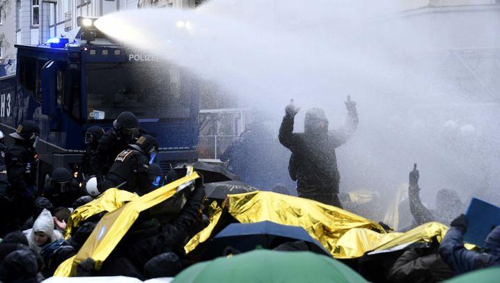 Protest gegen AfD-Parteitag: Regenschirme gegen Wasserwerfer