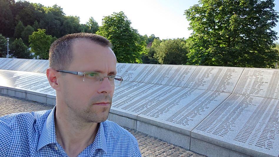 Überlebender Nedžad Avdić, 42, an der Srebrenica-Gedenkstätte