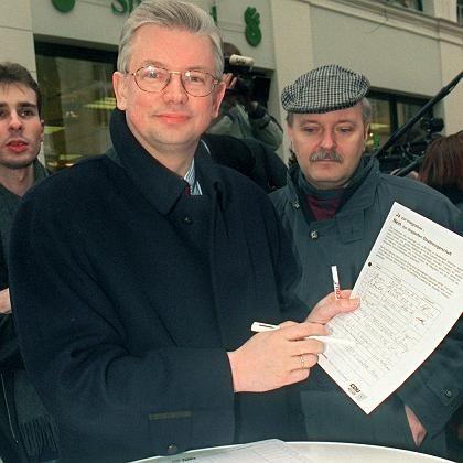 """CDU-Politiker Roland Koch (bei Unterschriftenaktion gegen die doppelte Staatsbürgerschaft im Jahr 1999): """"Er fühlt sich in die Ecke gedrängt und spaltet deshalb die Gesellschaft"""""""
