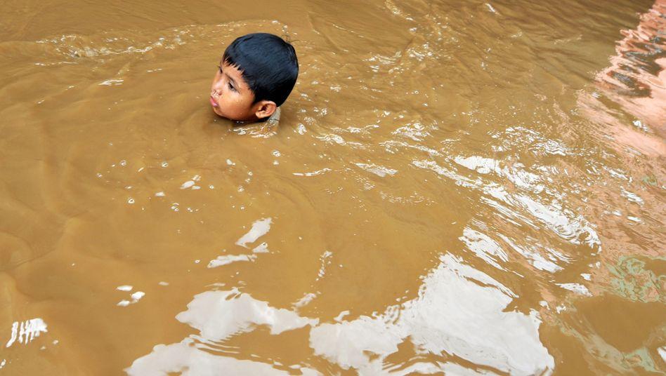 Junge bei Überflutungen in Jakarta im Februar 2010