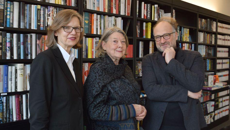 Jörg Bong mit Verlegerin Monika Schoeller und Nachfolgerin Siv Bublitz (l.)