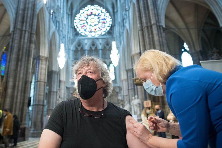 Der Schauspieler Stephen Fry wird in der Londoner Kirche Westminster Abbey geimpft
