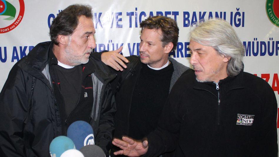 Richard Engel (M.) und zwei Mitglieder seines Teams: Nach fünf Tagen befreit