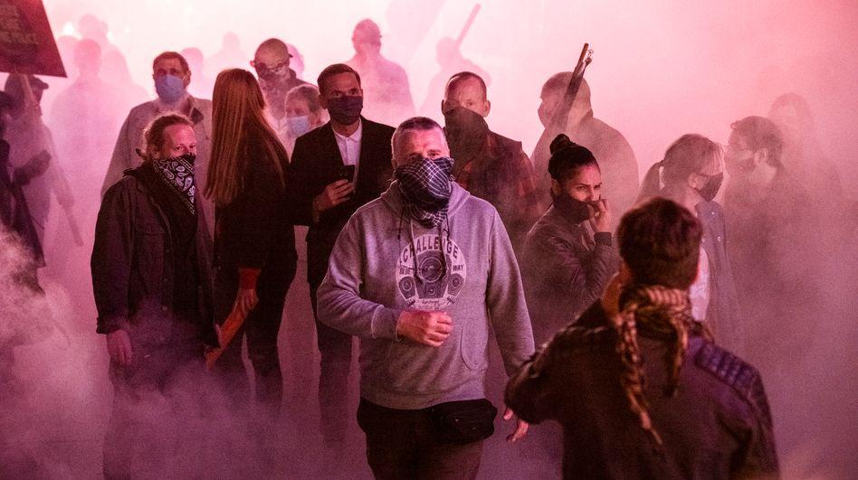 Massenszene aus »Tatort: Heile Welt«: Obacht vor dem Maskenmob!
