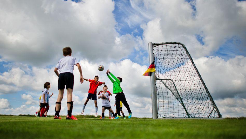 Kinder beim Fußballspiel: Die meisten Heranwachsenden in Deutschland sind fit und gesund