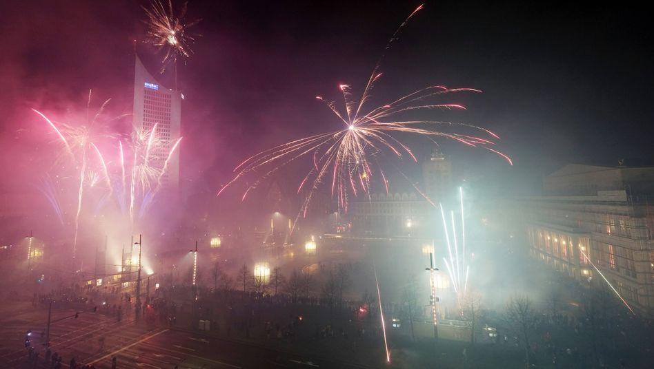Feuerwerkskörper steigen an Silvester auf dem Augustusplatz in Leipzig auf