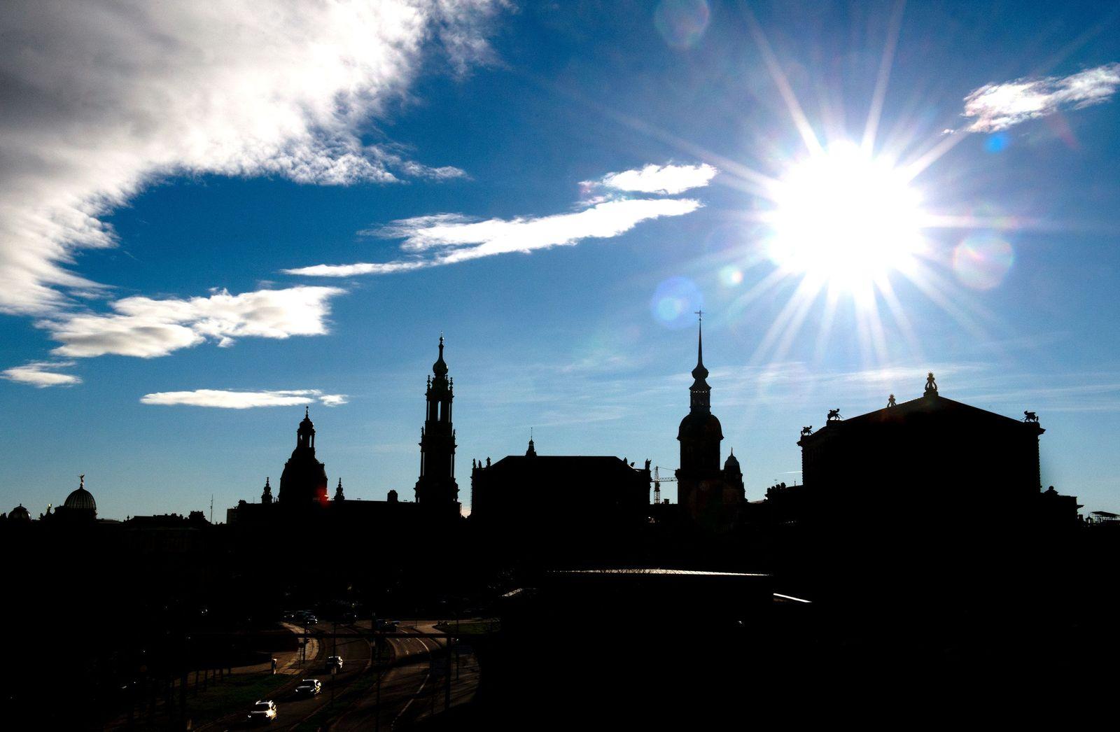 Blauer Himmel und Sonnenschein über Dresden