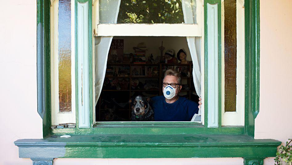 Mann mit Hund im Haus: Sogar die AfD ist für Drostens Vorschlag