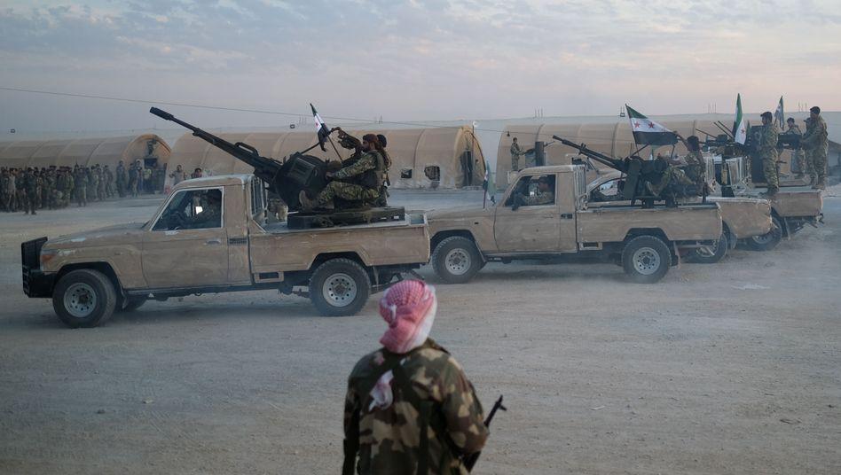 """Mitglieder der syrischen nationalen Armee nahe der türkischen Grenze: """"Einsatz stoppen"""""""