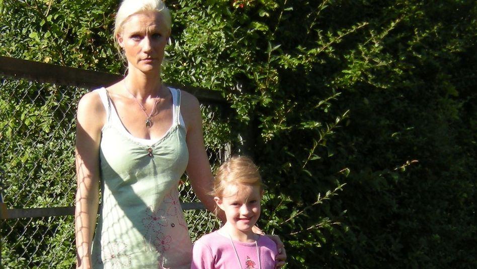 Sandra Bock mit ihrer Tochter Fee: Koffer gepackt, ab nach Lübeck