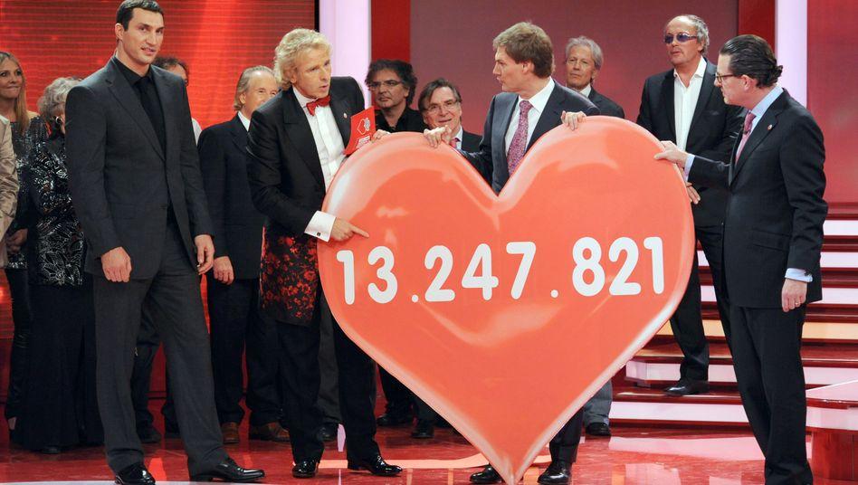 Maschmeyer (hinter dem Herz) bei Spendengala: Streit um Doku