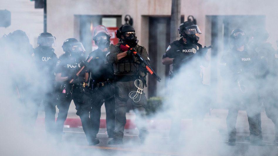 Tränengas am Rodeo Drive in Los Angeles: Der Einsatz von Tränengas war während der Corona-Pandemie besonders unverantwortlich, kritisiert Amnesty International