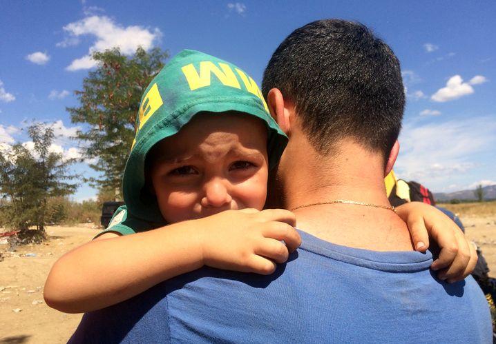Syrischer Mann mit seinem Sohn: Tränen nach dem Übergriff der Polizei