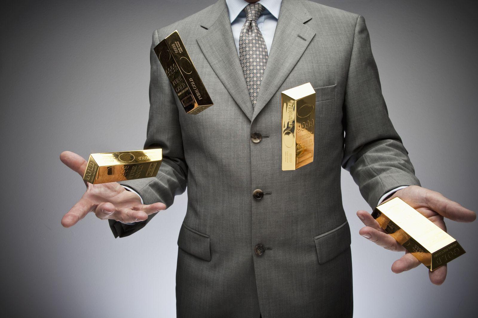 NICHT MEHR VERWENDEN! - Geschäftsmann jongliert mit Goldbarren