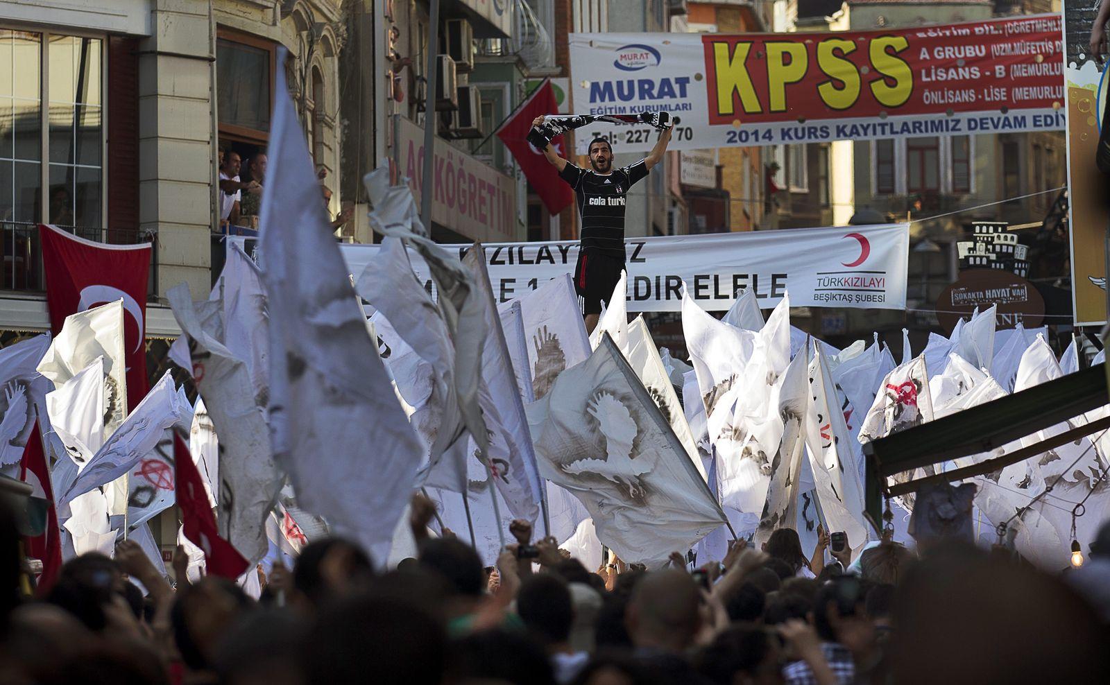 DER SPIEGEL 27/2013 S. 94 SPIN Besiktas/ Anti-government demonstration in Istanbul