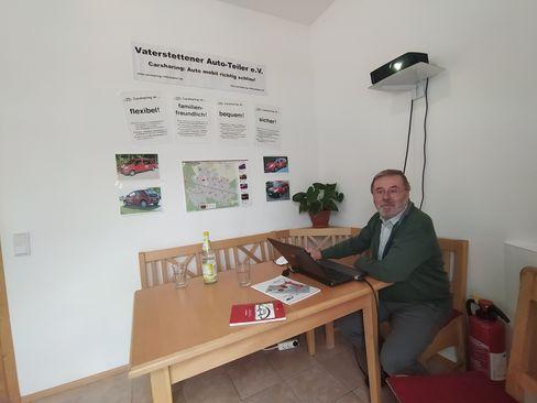 »Menschen brauchen Mobilität«, sagt Klaus Breindl, hier im Büro des Vaterstettener Autoteilers