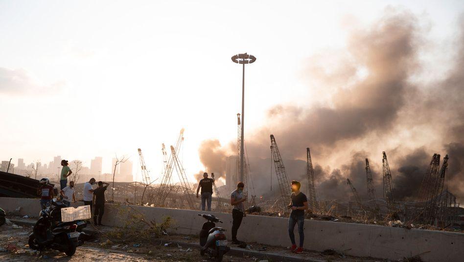 Nach der schweren Explosion im Hafengebiet steigt Rauch auf in Beirut