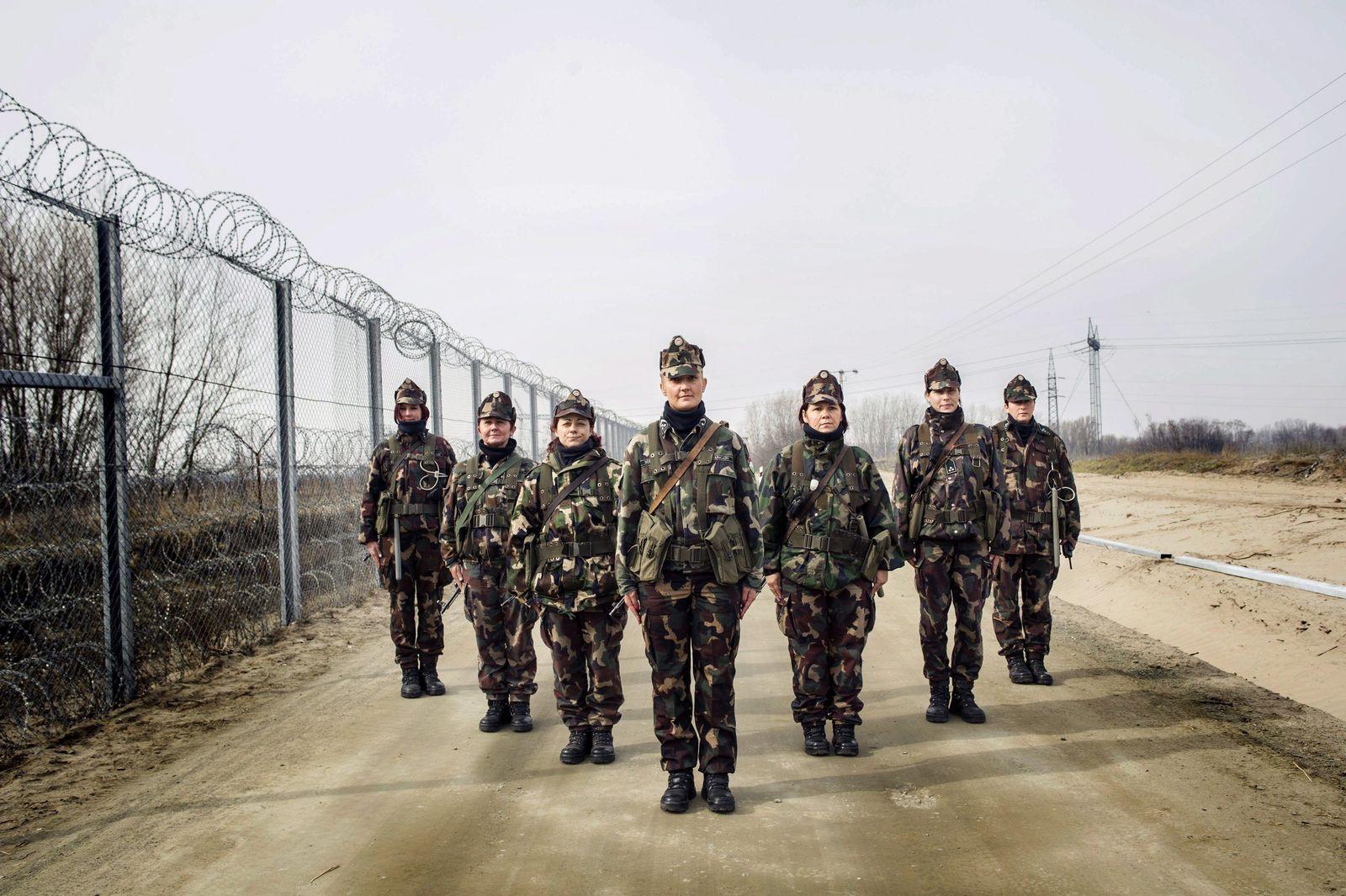 EINMALIGE VERWENDUNG SPIEGEL Plus SPIEGEL 51/2017 S. 80 Osteuropa / Ungarische Soldatinnen