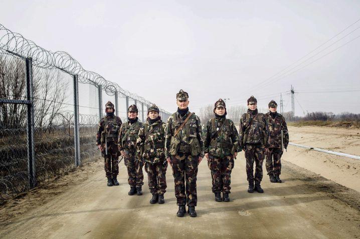 Ungarische Soldatinnen an der Grenze zu Serbien: Feindbilder mit Leben füllen