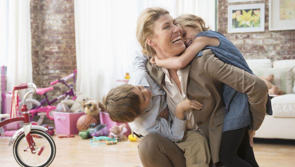 Berufstätige Mutter (Symbolbild): Die Klägerinnen sahen sich gegenüber Müttern benachteiligt, die während der Kindererziehung nichts oder nur wenig verdient haben
