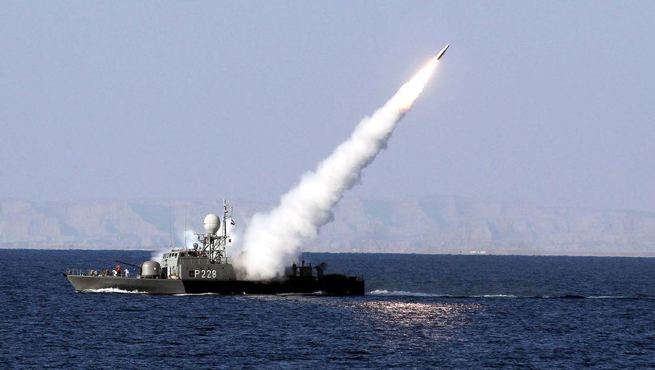 Übung im Golf von Oman: Ein Schiff der iranischen Marine feuert eine Rakete ab (Archivfoto von 2012)