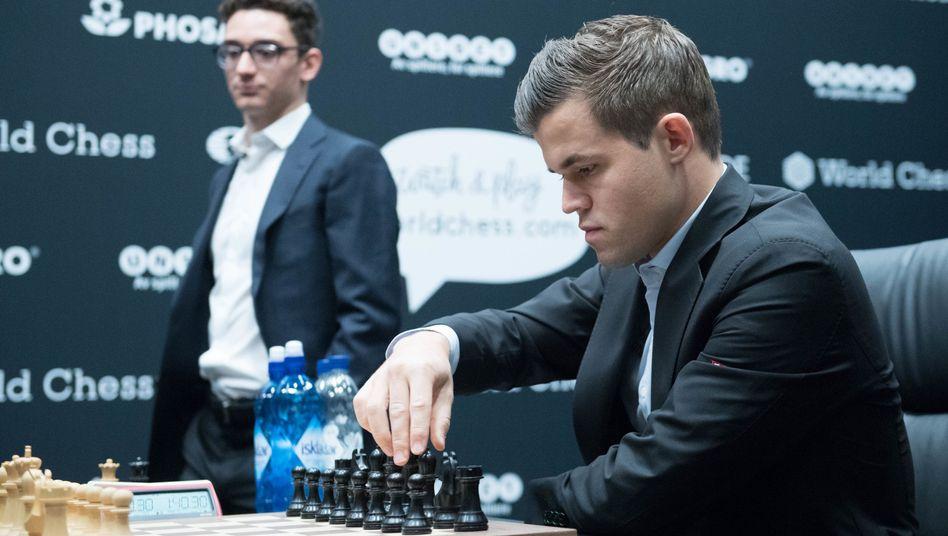 Magnus Carlsen (rechts) und Fabiano Caruana