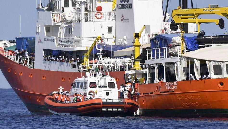 """Italienischen Küstenwache legt am Rettungsschiff """"Aquarius"""" an."""