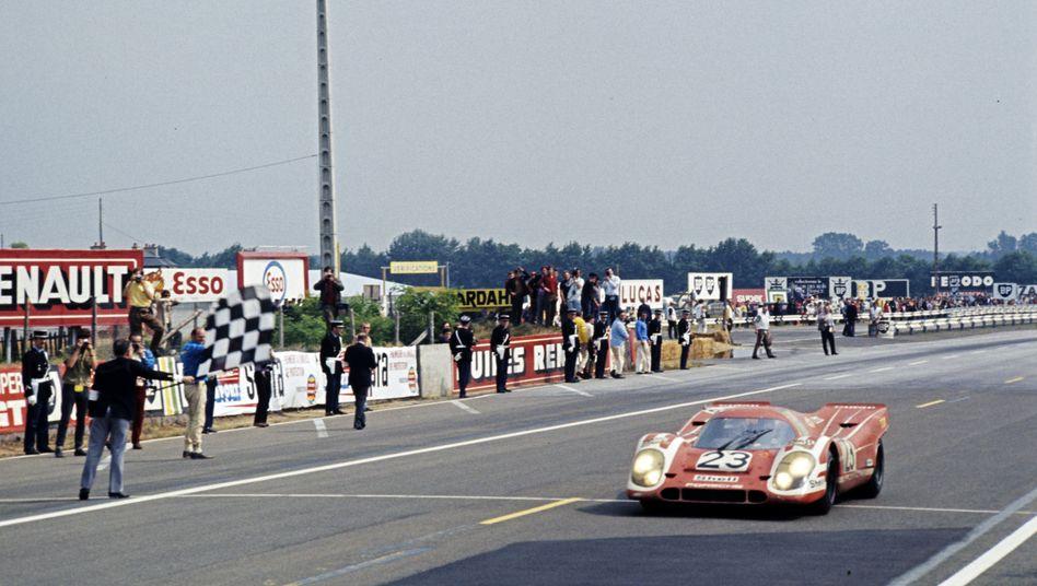 Am Ziel! Am 14. Juni 1970 gewinnt Hans Herrmann im Porsche 917 mit der Startnummer 23 das 24-Stunden-Rennen in Le Mans