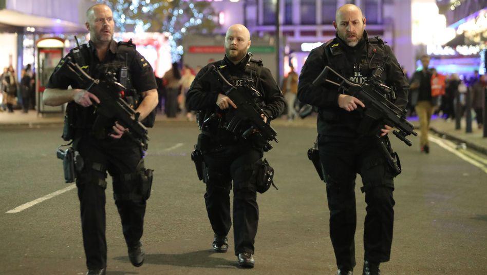 Bewaffnete Polizisten am Freitag in London