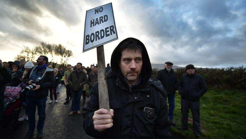 Brexit-Gegner demonstrieren im irischen Grenzgebiet