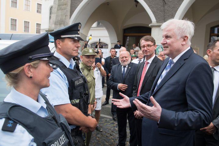 Seehofer mit Polizisten (2019 in Görlitz)