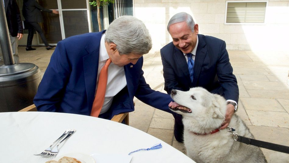 Netanyahu (r.) mit John Kerry: Der US-Außenminister kam ohne Hundebiss davon
