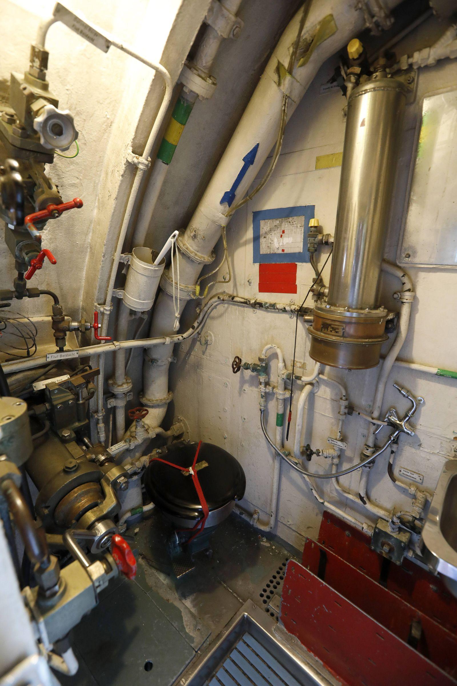 16 10 2018 Fehmarn Burg Yachthafen Burgstaaken U Boot Museum Toilette WC im U Boot *** 16 10 2018 F