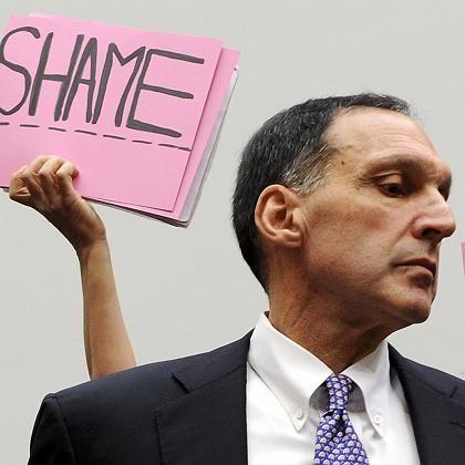 Protest gegen Richard Fuld im Oktober 2008: Der Lehman-Chef realisierte nicht, in welchen Schwierigkeiten seine Bank steckte