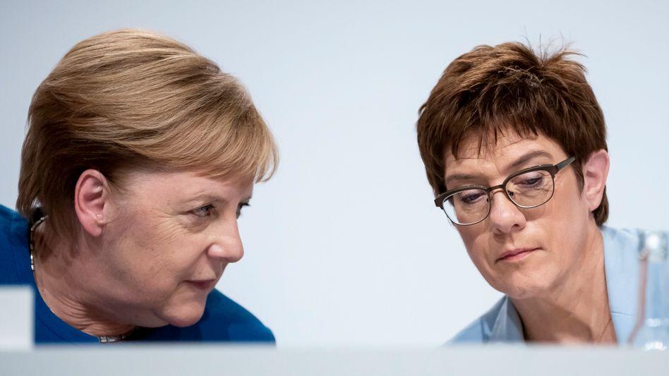 Politikerinnen Merkel und Kramp-Karrenbauer am Freitag in Berlin: Jede fliegt für sich
