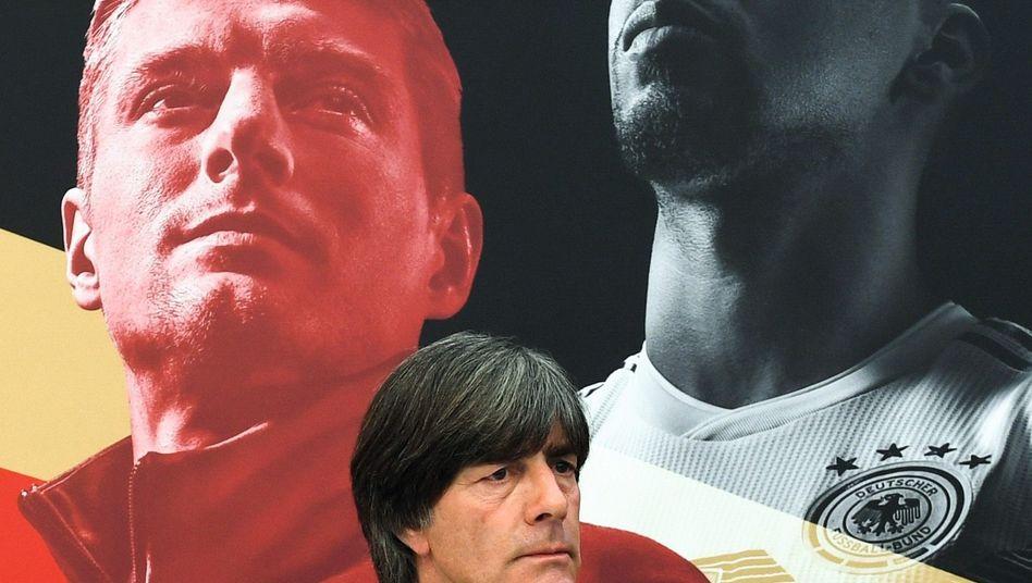 Bundestrainer Löw vor einer Fotowand mit Spielerporträts im Trainingslager in Eppan: »Eine gewisse Demut«