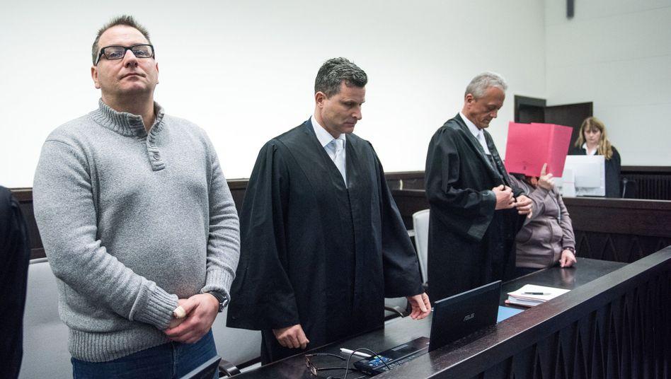 Wilfried W. (l.) und Angelika W. (r.) mit Anwälten