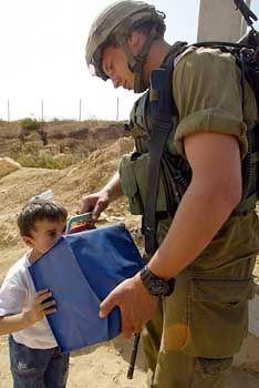 Durst im Nahen Osten: Ein israelischer Soldat gibt einem palästinensischen Kind an einer Straßensperre in Bethlehem Wasser