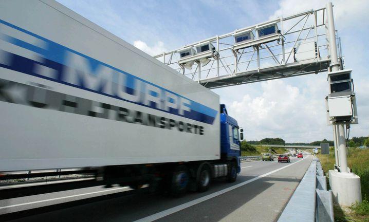 Mautbrücke auf der Autobahn: Die Regierung will auch auf Bundesstraßen zur Kasse bitten