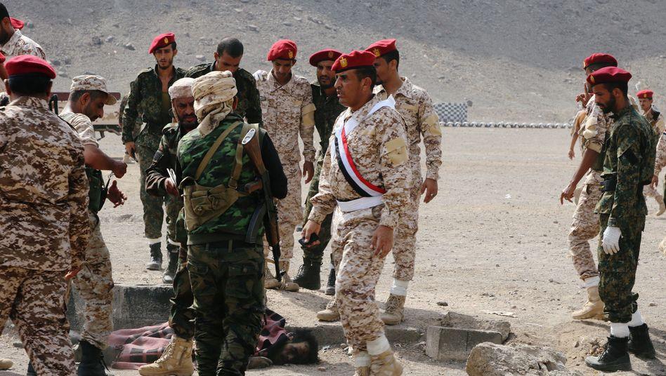 Sicherheitskräfte nach Anschlag in Aden: Angriff während einer Militärparade